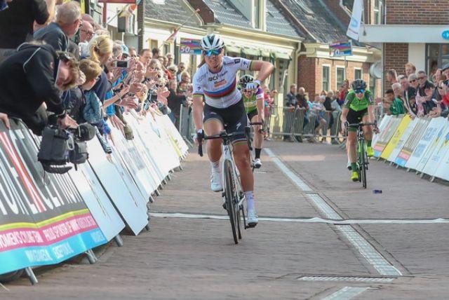 Chantal Blaak wint in 2018 etappe in Winsum (Foto: Sportfoto.nl)